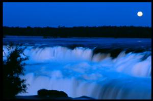 Rendez-vous avec la lune aux chutes d'Iguaçu, Argentine