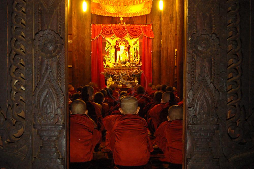 Cérémonie au monastère de Shwe Kyin, Myanmar