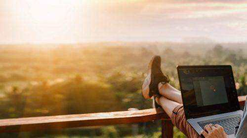 Travailler en voyage, mon bureau avec vue © Shutterstock
