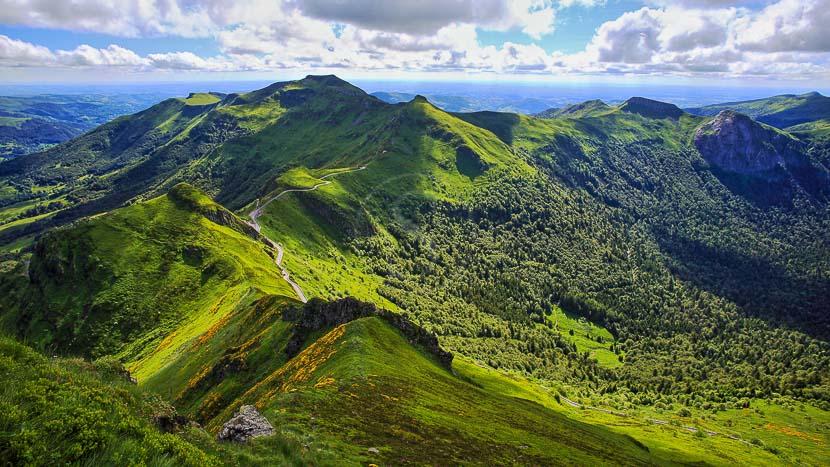 Chaîne des volcans d'Auvergne, France © Shutterstock